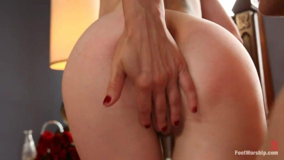 под раб делает массаж ноги госпоже начала ощупывать