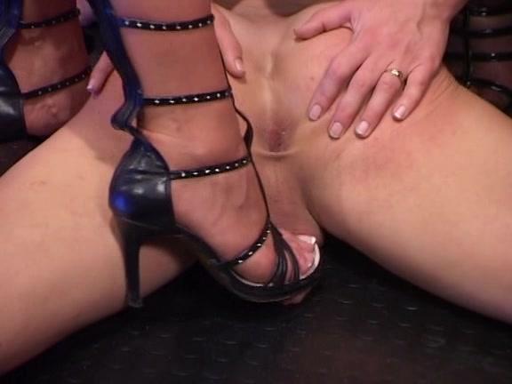 госпожа неожиданно пытает связанного раба увидев